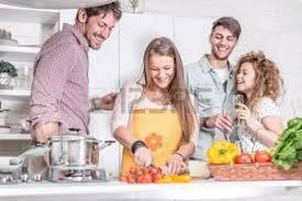 cuisine entre amis diner entre amis banque d images vecteurs et illustrations libres