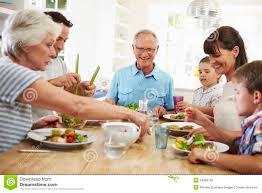 repas cuisine famille multi de génération mangeant le repas autour de la table de