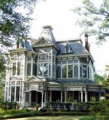 фото синего дома в викторианском стиле с ограждением фасады