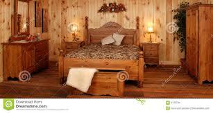 chambre en pin vieux positionnement de chambre à coucher en bois de pin photo stock