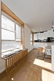 cuisine dans loft mobilier scandinave en gris blanc et bois d un loft nordique