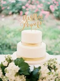 fresh flowers as a wedding cake topper will give you that elegance
