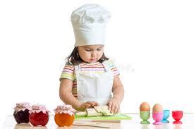enfant cuisine fille d enfant de boulanger dans le chapeau de chef à la