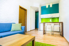 chambre d hotel avec cuisine petit salon avec la kitchenette verte image stock image du