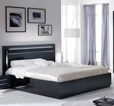 chambre avec lit noir lit city laque noir chambre à coucher