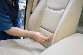 nettoyer siege auto utilisant une brosse pour nettoyer le siège de voiture image