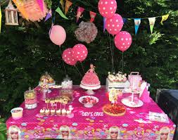 decoration cupcake anniversaire decoration barbie pour anniversaire 15 idées de décorations cup