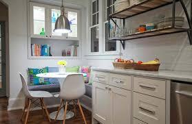 küche sitzecke kleiner küche weiß mit sitzecke küche und blauen kissen