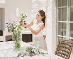 Putting Roses In A Vase Youtube Video Shows Method To Keep Bouquets Looking Fresher For