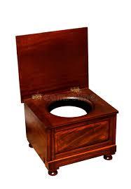 pot de chambre b vieille toilette avec le pot de chambre une chaise en bois photo