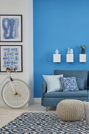 minimalistische wohnzimmer inspirationen mit blauen wnden und sofa
