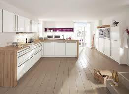 cuisine blanche parquet rideaux marron à motifs floraux armoire de cuisine blanche peinture
