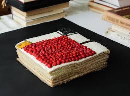 quadratischer kuchen auf einem schwarzen hintergrund mondrian kuchen