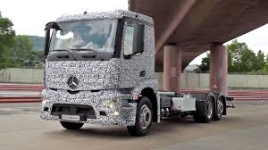 mercedes truck 2016 mercedes unveils world u0027s first completely electric semi truck