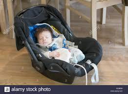 siege auto nouveau né bébé nouveau né garçon assis dans un maxi cosi siège auto sur