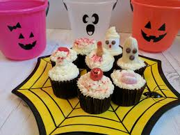 Easy Halloween Cup Cakes by Hijacked By Twins 8 Easy Halloween Cupcake Decoration