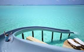 chambre sur pilotis maldives cet hôtel de luxe aux maldives propose un toboggan pour glisser
