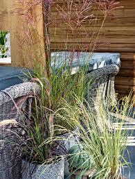 Gartengestaltung Mit Steinen Und Grsern Modern Moderner Garten Mit Gräsern Am Und Oberhalb Des Pools Pflanzen