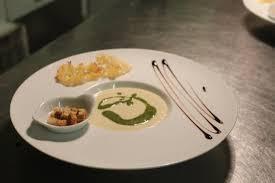 cuisine choux fleur creme de choux fleur au pesto de persil et tuile de parmesan