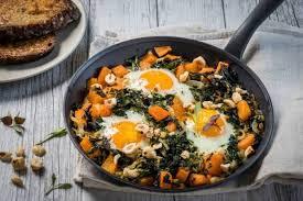 comment cuisiner le chou kale recette de poelée de chou kale potimarron noisettes et oeufs au
