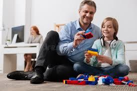 famille bureau famille intelligente enthousiaste ayant l amusement dans le bureau