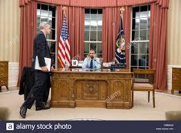 bureau president americain le président américain barack obama parle au téléphone avec le