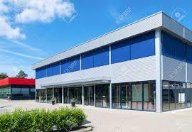 immeuble de bureaux extérieur d un petit immeuble de bureaux moderne banque d images et