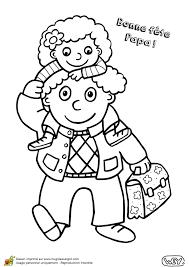 Papa pose sa petite fille sur les épaules un dessin à colorier pour