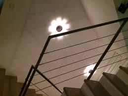 stahl holz treppe dunkle kantige stahl geländer mit geschraubten drähten holz