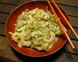 cuisine thailandaise traditionnelle un plat facile et savoureux le pad thaï aux crevettes gourmicom