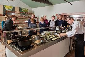 cours de cuisine pays basque atelier et cours de cuisine avec un grand chef de la préparation à