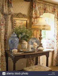 Antike Schlafzimmer Lampen Beleuchtete Lampe Und Hohen Blauen Chinesischen Vase Auf Antiker