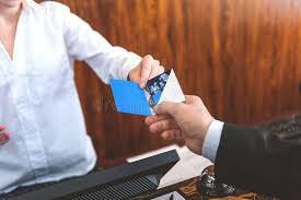 bureau d enregistrement invité prenant à pièce la carte principale au bureau d