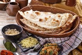 cuisine indienne naan pleine portrait de naan indien avec quelques ingrédients de la