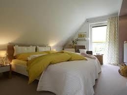 schlafzimmer mit schrã gestalten de pumpink wohnzimmer orange rot