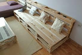 canapé avec palette fabriquer un abri de jardin avec des palettes 12 canape en bois