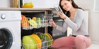 femme dans la cuisine dans la cuisine comment réduire la facture d électricité femme
