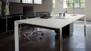 Schreibtisch Mit Schwarzer Glasplatte Leichtigkeit Und Dynamik Mit Dem Chefbüro Call Me Effizient Arbeiten