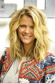 coupe de cheveux blond cheveux blond ondulé
