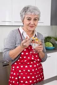 femme plus cuisine senior femme ou plus avec cuisson de cheveux gris dans la cuisine