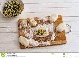 hochzeitstorten fã llung vorbereiten für die russischen torten eier und frühlingszwiebeln