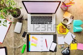 m sur le bureau ordinateur portable avec écran blanc placé sur un bureau en bois
