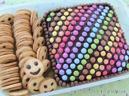 decoration cupcake anniversaire gateau d u0027anniversaire colore aux smarties les délices d u0027hélène