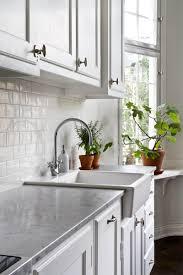 carrelage imitation marbre gris carrelage métro blanc dans la cuisine et la salle de bains style