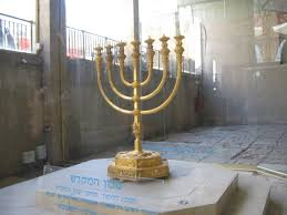 jerusalem menorah file jerusalem golden menorah replica in the cardo jpg