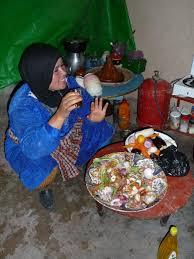 cuisine berbere photo femme berbère buvant le thé dans sa cuisine ouarzazate