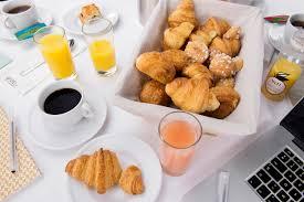 vaisselle petit dejeuner updeli votre petit déjeuner livré au bureau le blog d