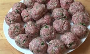 cuisiner boulette de viande il forme des boulettes avec du bœuf et du porc haché et les farcit