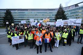siège social nestlé les salariés de galderma manifestent en suisse devant le siège