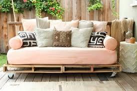 bett im sofa gartenmöbel aus paletten bett sofa diy interiors